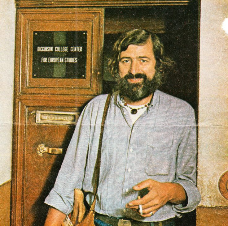 Francesco_Guccini_all'ingresso_del_Dickinson_College_(1979)
